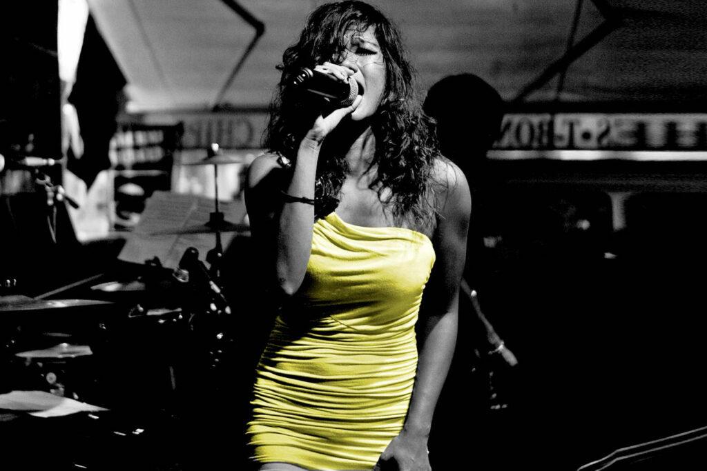Zangeres in gele jurk
