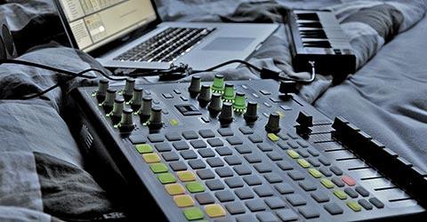 DJ/PRODUCING | Nieuw!! En hélemaal van nu!! Ook jij kan thuis producer worden van de vetste muziek. Zou je graag jouw band zelf - zonder een dure studio - willen opnemen? Of word jij DJ en wil je duizenden mensen laten springen op jouw beats, mixes en loops? Dan heeft GROOVABILITY groot nieuws! Het kan allemaal, en het is ook voor jouw binnen handbereik! Heb je een laptop, een pc of een stoere Mac? Dan kan jij producer worden!! DJ Producing Computer muziek lessen te Oisterwijk bij Groovability.nl  | te Oisterwijk at Groovability.nl